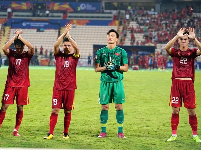 Đội hình U23 Việt Nam chào NHM