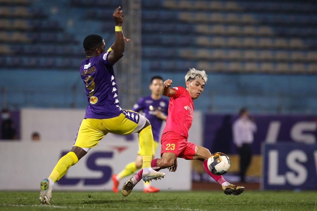 Xuân Trường sẽ chơi tốt nếu đá cặp với mẫu cầu thủ giỏi đánh chặn như Cao Văn Triền (số 23)